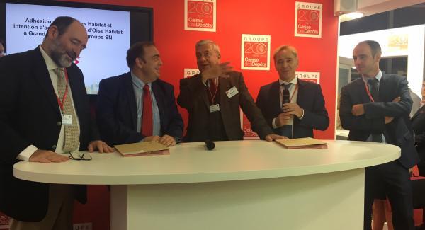 Signature de l'adhésion au GIE Grand Paris Habitat par Michel Bancal Président et Eric Le Coz directeur Général de Versailles Habitat en présence du Président de Val d'oise habitat et des dirigeants du groupe SNI et de Grand Paris Habitat
