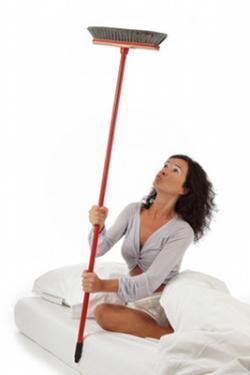 Femme qui tape avec son balai au plafond - © mariesacha - Fotolia.com