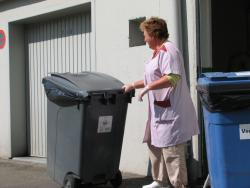Gardienne de Versailles Habitat rentrant les conteneurs à poubelles résidence Bernard de Jussieu