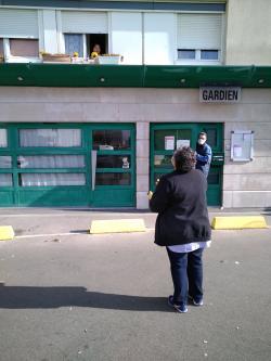 Gardiens de Versailles Habitat s'enquérant de la santé des locataires