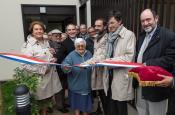Le Maire F de Mazières coupe le ruban en compagnie du président de Versailles Habitat M Bancal et des membres du Bureau de l'Association des Jardins familiaux de Versailles