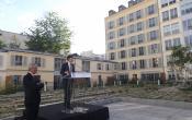 Le maire de Versailles F.de Mazières devant la résidence Coeur St Louis