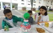 Un gâteau d'anniversaire composé de bonbons multicolores