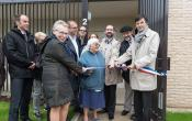 Le Maire F de Mazières coupe le ruban en compagie du président de Versailles Habitat M Bancal et des membres du Bureau de l'Association des Jardins familiaux de Versailles